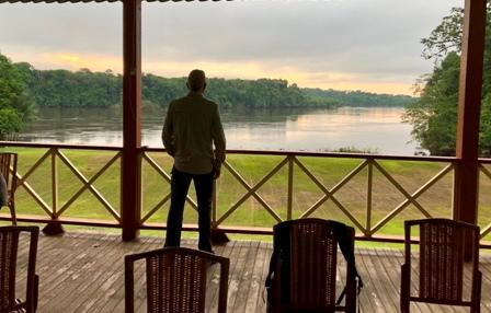 Von der Terrasse der Iwokrama River Lodge schaut man direkt auf den Essequibo