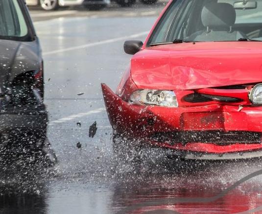 Unfall auf nasser Fahrbahn