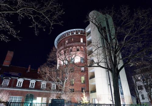 Der beleuchtete Wasserturm im Westend bei Nacht